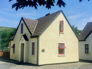72 CLIFDEN GLEN, family friendly, country holiday cottage, with tennis in Clifde