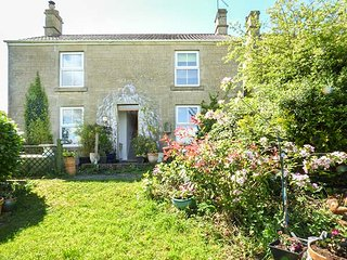 HILLSIDE COTTAGE, romantic cottage with WiFi and a garden, in Peasedown Saint