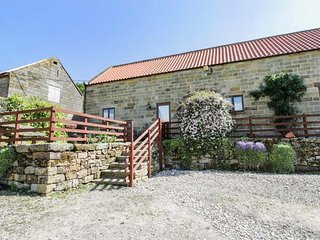 THE OLD CART HOUSE, pet friendly, character holiday cottage, with a garden in Fa
