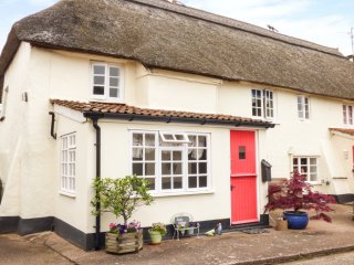 COXES COTTAGE, family friendly, character holiday cottage, with a garden in
