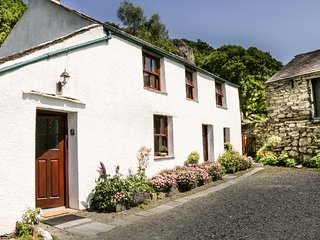UNDERCRAGG, Grade II listed, open fire, superb views, in Seathwaite hamlet, Ref