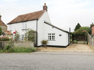 HOLLYHEDGE COTTAGE, pet friendly, country holiday cottage, with a garden in Bris