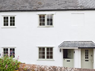 LITTLE DRAGONS easy reach of beach, period cottage with woodburner in Dunster