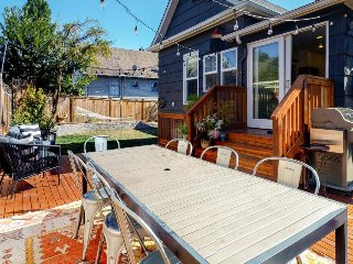 Beautiful, upscale home w/ 2 living areas, deck/back yard area - great location!