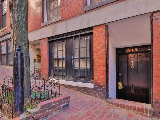 Polished condo w/ fireplace - walk to restaurants, the river & historic sites!