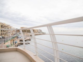 Sea Front Apartment - Wifi - Sleeps 6 - Fl1