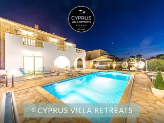 LUXURY 5* VILLA JAIMI - FAMILY FRIENDLY - PRIVATE POOL + HOT TUB, SEA VIEWS
