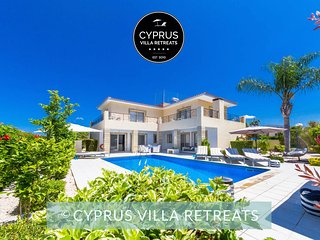 Luxury 4Bed Villa Chiara (sleeps 10) Heated Pool & Hot-tub Walk to Local Town