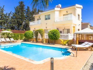 VILLA HARA, Luxury 5 Bed, Modern, Heated Pool, Hot Tub, Landscaped Garden