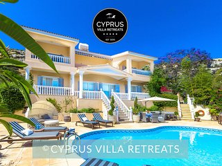 5* CAPTAINS VILLA, Private Heated Pool, Hot Tub, Panoramic Sea Views