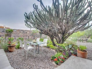 Gorgeous getaway in a safe neighborhood w/ private garden, full kitchen