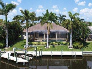 Villa Serenity Palms - Beautiful Updated Home Sleeps 8