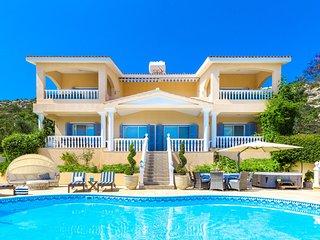 5* CAPTAINS VILLA, Private Heated Pool, Hot Tub, Panoramic Sea Views