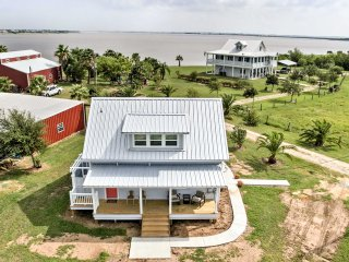 NEW! Waterside 2BR Carancahua Bay Cottage w/ Pier!