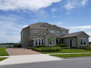 Lakefront Luxury 3.0 miles from Magic Kingdom