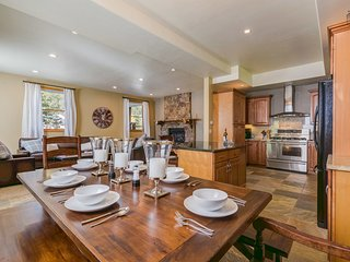 Home in quiet valley, gas fireplaces, hot tub, horseshoe pit - Wintermark Chalet