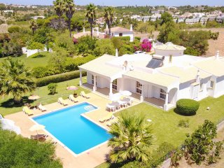 CRISTIANO, 2 Wing Villa, large garden with pool, calm location, AC and WiFi