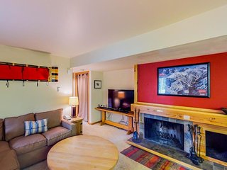 Conveniently located condo w/ shared pool & hot tub - close to the slopes