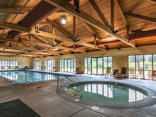 Mountainview home features shared pool, hot tub, tennis, sauna - nearby hiking!