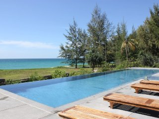 Beachfront Luxury 3BR Villa; unobstructed bay view