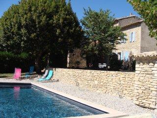 Maison provençale authentique avec piscine chauffée