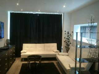 Cosy 2 Bed City Centre Apartment With PARKING, Gym, Sauna & Swimming Pool