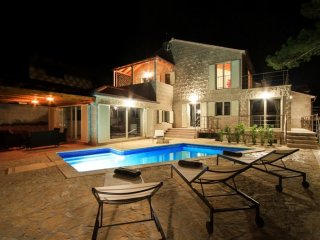 Luxury Villa White Bellezza Brac with pool by the sea at the beach in Puntinak