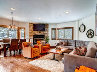 Ski-in/out from downtown in the village, community pool - Maggie Pond Condo
