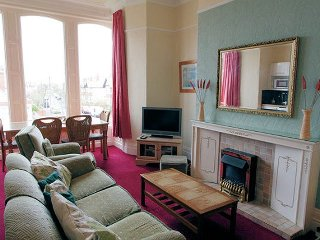 2 BR Victorian apartment 2 close to beach and town centre