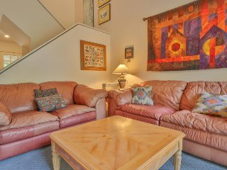 Cozy townhouse w/ deck & shared pool/hot tub - 3 doors down from a ski trail!