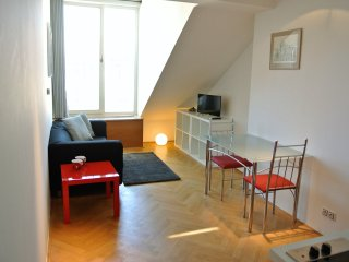 Charming and uniquely spaced Duplex apartment - easy walking to all main places