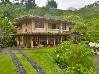Lake front luxury home with 8 bedrooms, volcano view, private pool and jacuzzi.!