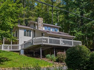 Dazzling 3 Bedroom Home w/ Hot tub, pool table, & private dock!