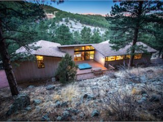 Exceptional Private Family Home 5 bdms - Hot Tub - WiFi - Close to Pearl Street, holiday rental in Boulder