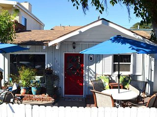 Beach Cottage 30 Seconds to Beach/Dining Parking/Bikes/WiFi/Patio/BBQ/Washer GEM