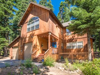 Beautiful Home, 1/2 block from the Lake Tahoe and GarWoods