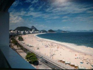 Ótimo apartamento ao lado do Hotel Copacabana Palace, colado a praia.