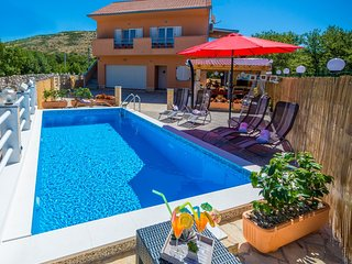 LAST MINUTE!! 25%OFF!! VILLA COLORFUL HEATED POOL,OUTDOOR JACUZZI,BBQ NEAR SPLIT