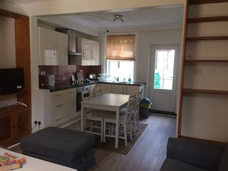 Very Central 2 bedroom newly redecorated cottage