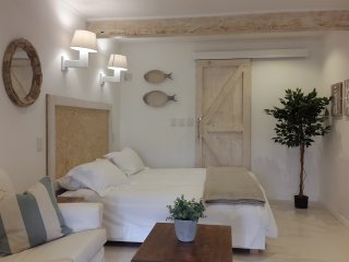 Nook Studio - Sleeps 2, self catering, outdoor area with a view, wifi, DSTV