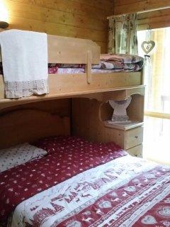 Camera con letto matrimoniale e letto a castello singolo
