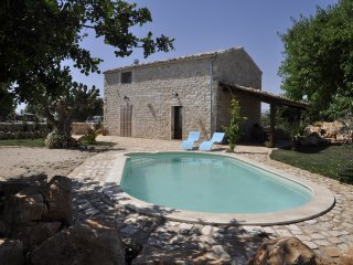 Casa Arizza, small stone house of the kind characteristic of Ragusa private pool