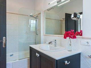 Bagno privato en suite della suite Einstein con vasca e doccia.
