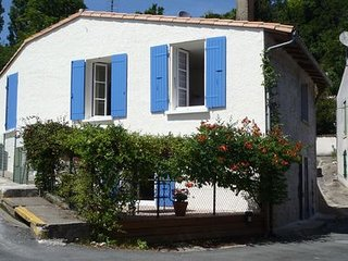 HOUSE IN MORTAGNE-SUR-GIRONDE, CLOSE TO THE HARBOUR, RESTAURANTS, SHOPS & NEAR G
