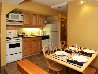 Whistler, Canada: 1 BDRM Deluxe w/Fireplace, Jetted Tub, FREE WIFI, Resort Pool