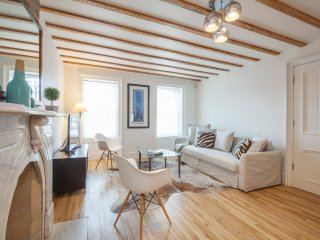 15 min to Manhattan. Brooklyn Luxury Modern and Elegant Brownstone Apartment.