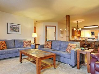 Just a block from Main St, & quick walk to ski lift + hot tubs!