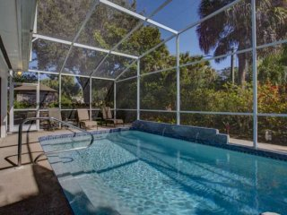 1 Block from Siesta Key Beach, Free Wifi w/ Private Optional Heated Pool, Near S