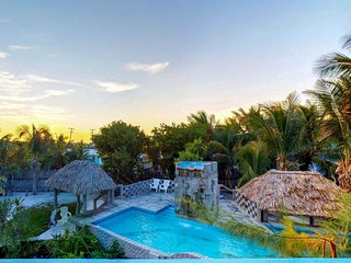 Cozy tropical retreat close to the beach with shared pool & provided kayak