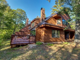 Beautiful and spacious home w/ shared pool, lake views - close to skiing